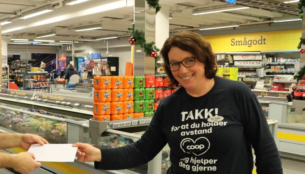 Butikksjef Ann Kristin Vangen på Coop Prix Epa delte ut gavekort til en person i Kongsvinger som trenger en hjelpende hånd i julen.