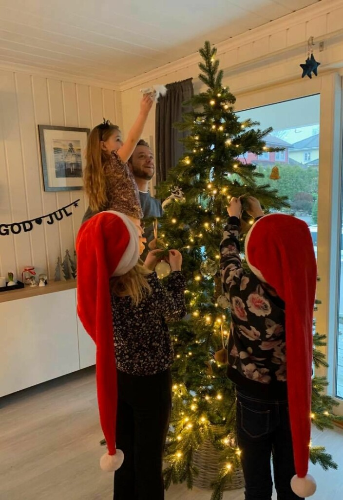 Lilly på pappas arm har sammen med søstrene Mathilde (midten) og Frida pyntet juletreet hjemme i Drøbak før turen gikk til Kongsvinger og julefeiring.