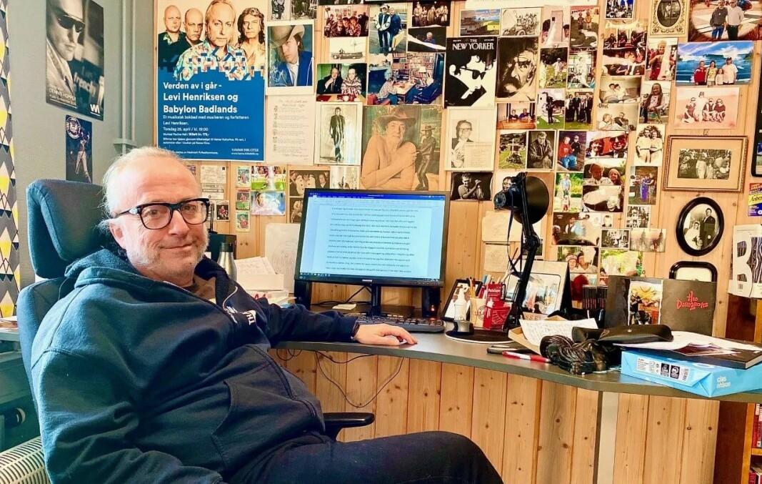 Levi Henriksen på jobb i skrivestua si