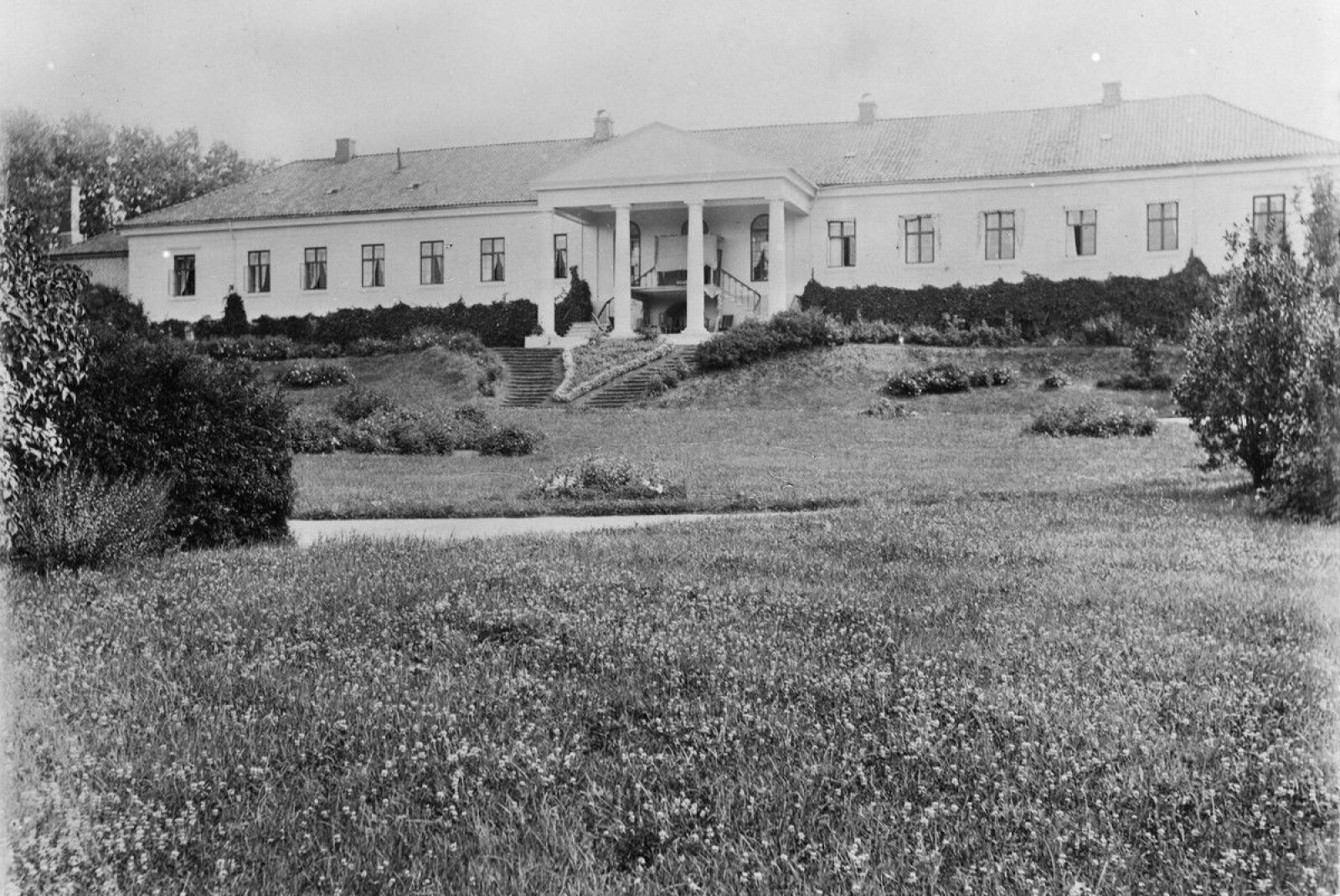 Hovedbygningen på Skinnarbøl med den storslåtte hagen fotografert i 1885 av Marie Magdalena Rustad. Bildet inngår i byhistorisk samling hos Oslo Museum.