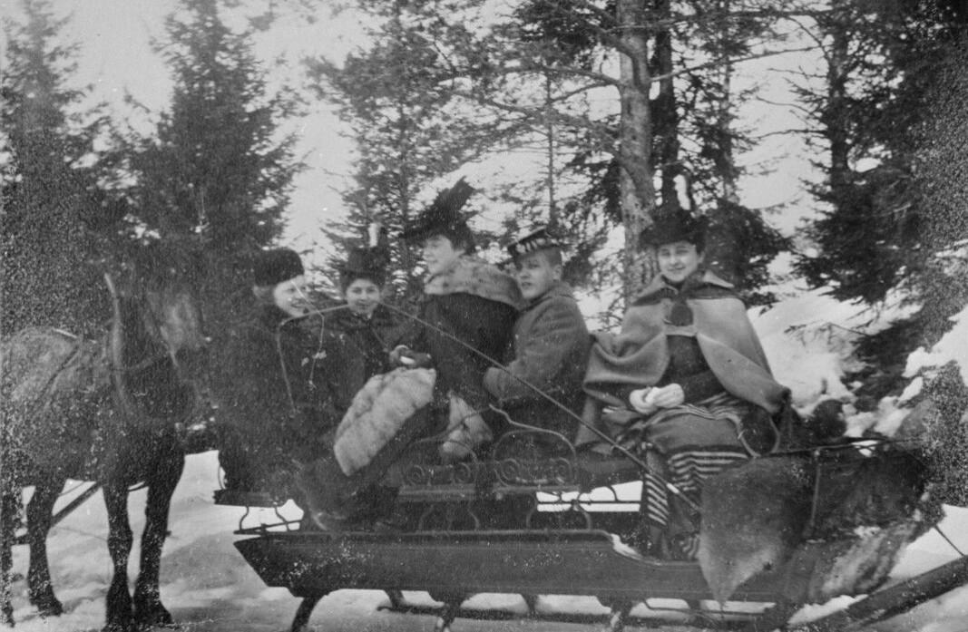 Dette bildet av en slede ved Skinnarbøl er tatt påsken 1900.
