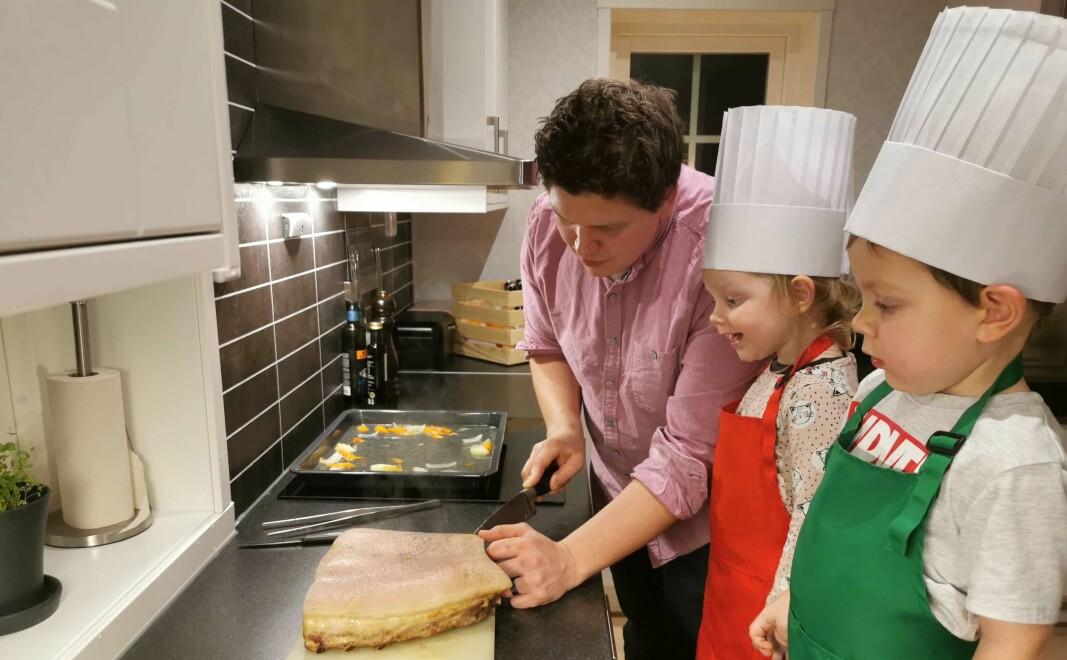 Tommy tilbereder julematen hjemme på kjøkkenet på Brandval sammen med barna, tvillingene Minda og Ludvik på 3,5 år.