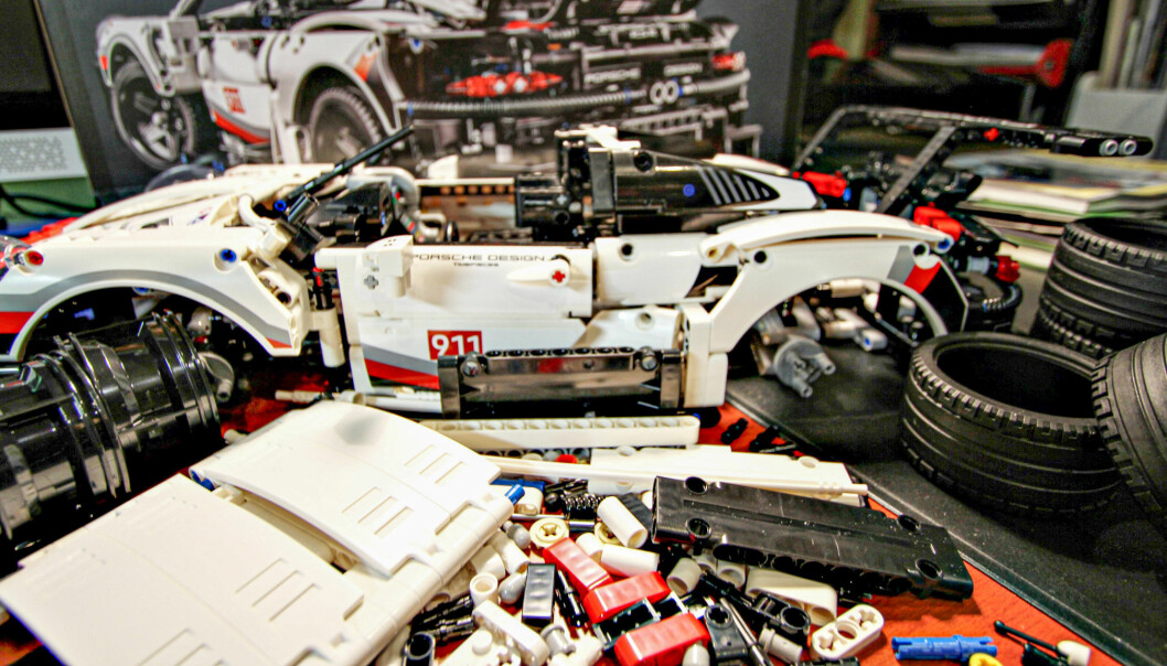 Porsche-byggesettet består 1580 deler. Det krever god oversikt.