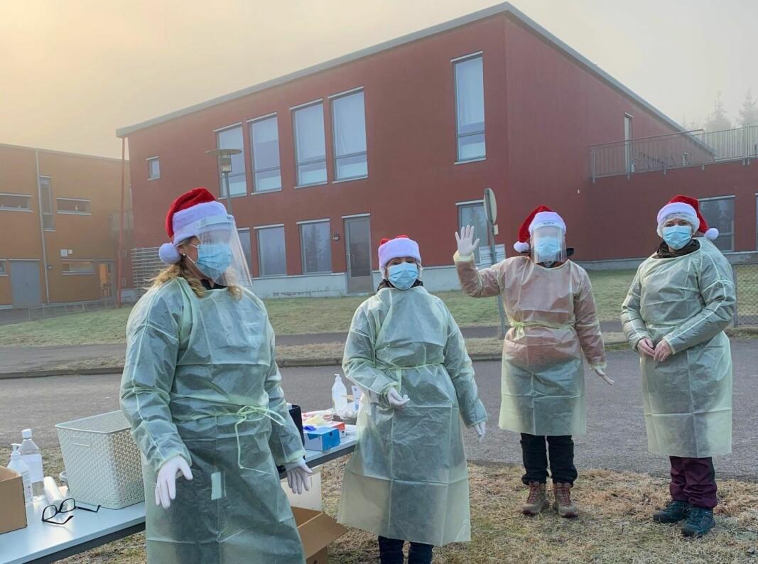 Linda Langfoss Utgård og kollegaene under koronatesting utenfor Marikollen skole tidligere i desemeber.