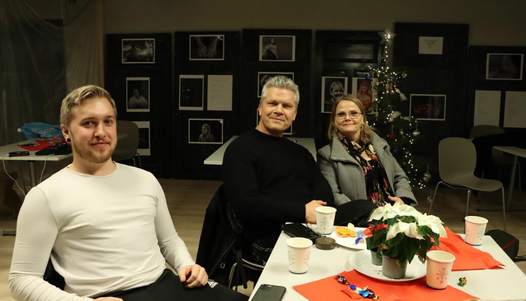 Andreas Treiborg (t.v.), Kristian Skyrudsmoen og Aina Fuglestad var tre av dem som kom var på plass tirsdag. Denne julen har Stedet fått en real oppsving i arrangementer.