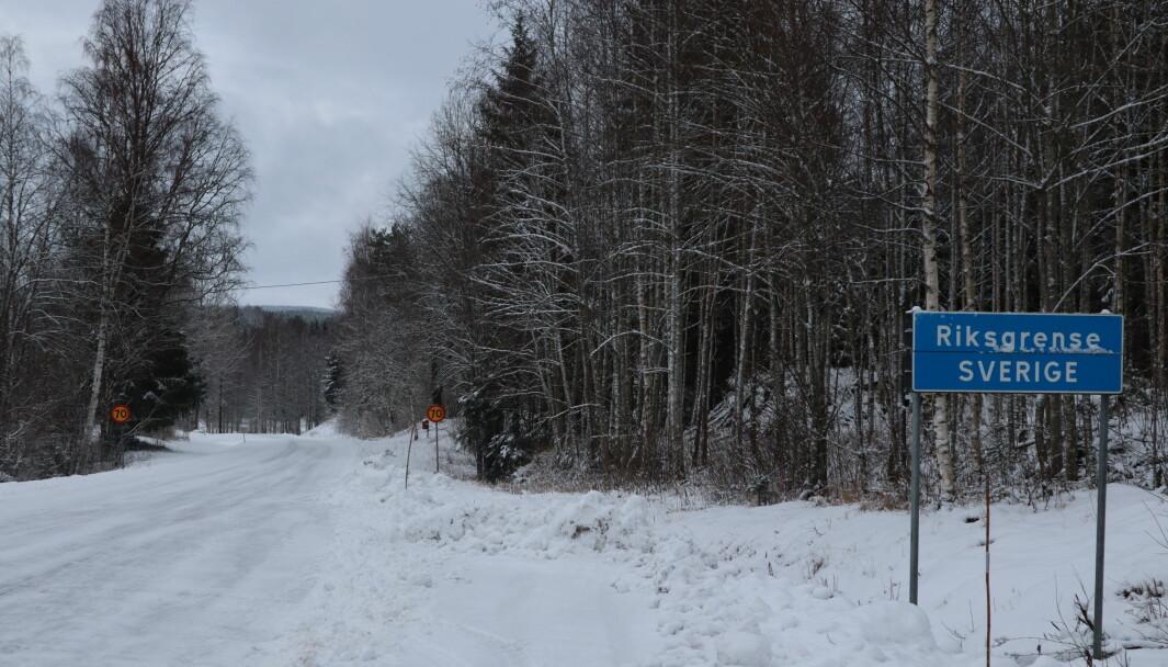 Selv om det ikke er fysiske sperringer ved grenseoverganger, som her ved Mitandersfors, er det juridisk ulovlig å passere grensen fra Sverige til Norge på de fleste grenseoverganger i Innlandet. Det er ikke ulovlig å reise ut av Norge.