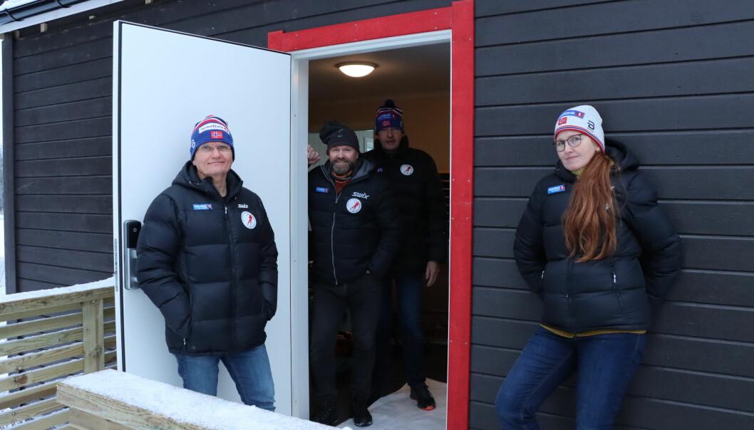 Den nye speakerbua har også toaletter og garderobe i underetasjen. På bildet fra Kongsvinger skøyteklubb er Tom Ljungquist (t.v.), Ole Hermann Sørli, Sverre Bakke og Camilla Skjerpen.