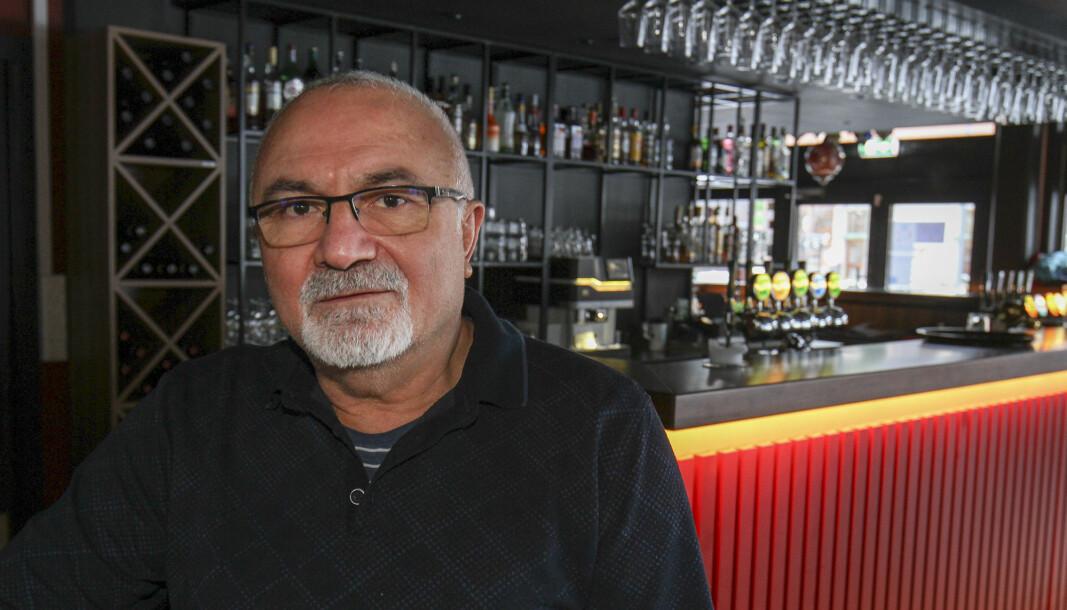 Øzkan Kayhan som driver Platos Bar & Tapas Restaurant på Rådhusplassen stenger inntil videre.