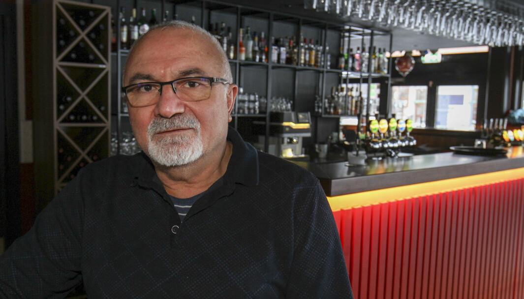 Øzkan Kayhan driver Platos Bar & Tapas Restaurant på Rådhusplassen