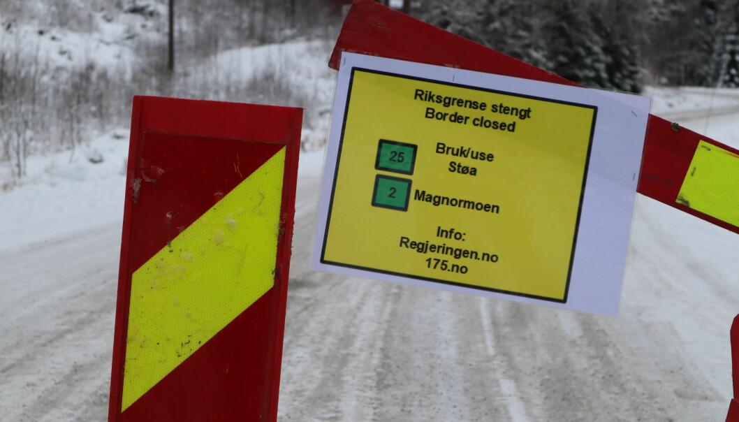 Dette skiltet møter deg om du forsøker å krysse grensa på fylkesvei 1992 ved Mitanderfors
