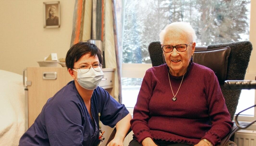 Thora Marit er pasient ved Langelandhjemmet, hun og sykepleier Lynn Marion Hole er glade for at vaksineringen nå er i gang.