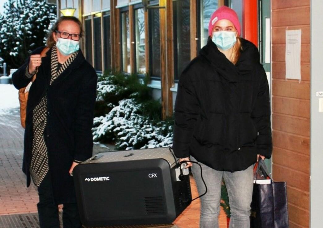 Kommuneoverlege Camilla Kvalø Smedtorp (til venstre) og vaksinekoordinator Linda Langfoss Utgård ankom Langelandhjemmet forrige uke med koronavaksinene trygt oppbevart i en kjøleboks.