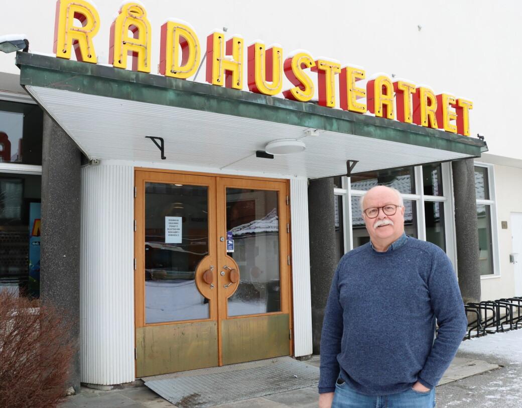 Stig Fonås kan fortelle at sceneriggen nå igjen er sertifisert og godkjent. Søndag måtte Riksteatret avlyse en forestilling fordi godkjenningen hadde gått ut på dato.