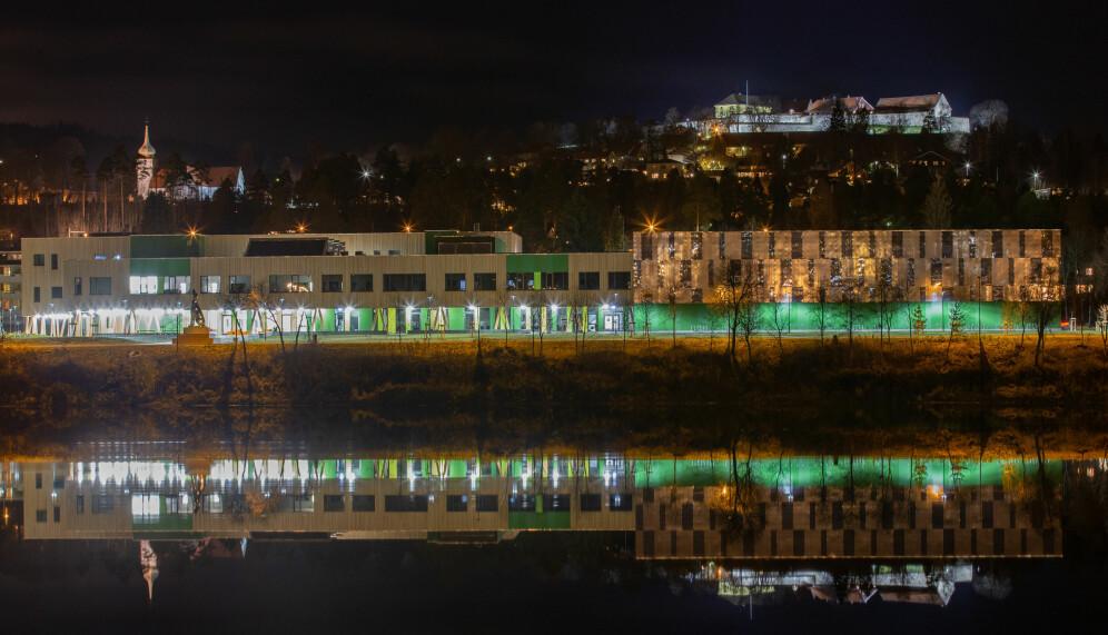 Bildet er tatt fra tømmerterminalen, og speiler KUSK, kirken og festningen i Glomma.