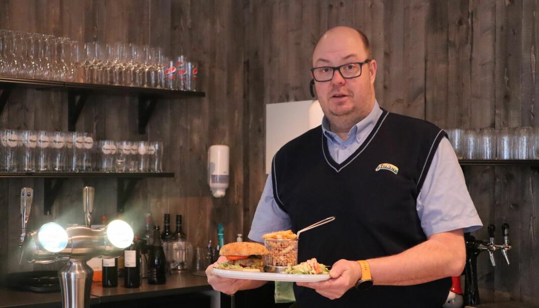 Inne på cafeen kan man få servert både hamburgere, pizza andre matretter.