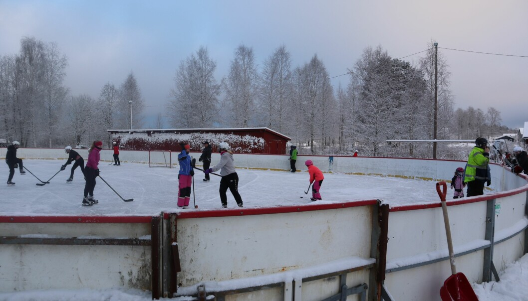 Ishockeybana, som er bygd på dugnad, lokket austmarkingene ut på glattisen i helga.