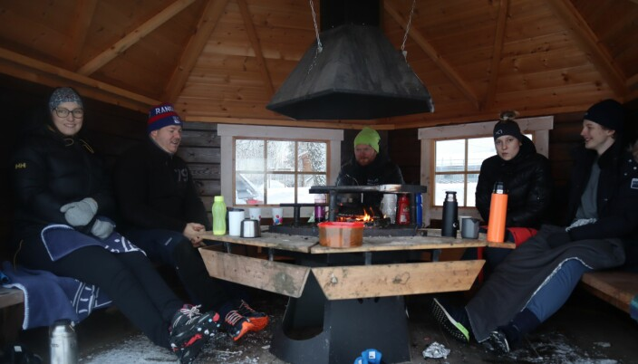 Marianne Fjellvang, Knut Ole Fjellvang, Erlend Tørmoen, Marina Fjellvang og Marius Sjøbrend hygget seg i grillbua.