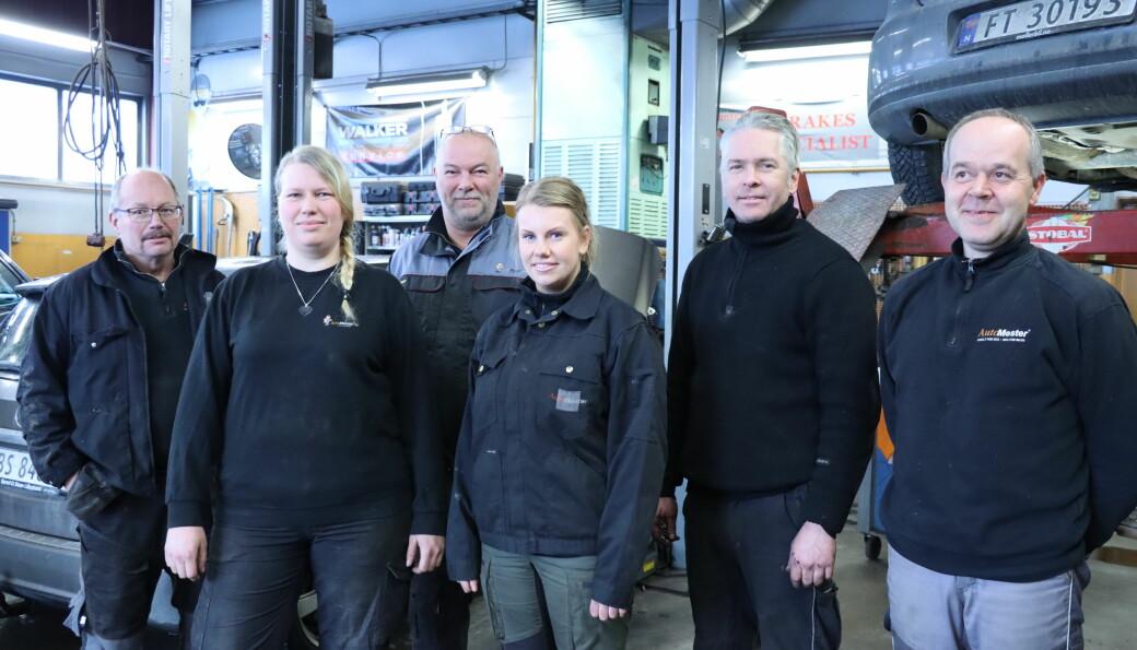En tredjedel av staben på Aasum Bil er nå kvinner. Her representert med Tom Slaastad (t.v.), Connie Sørpebøl, Atle Aasum, Monica Sætra, Espen Berglund og Tommy Lillenes.