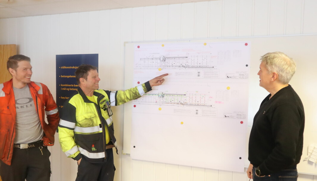 Fra venstre avdelingsleder produksjon Ole Kenneth Olsen, vedlikeholdsansvarlig Geir Trøhaugen og fabrikksjef Thor-Egil Einarsrud viser hvor det nye produksjonsanlegget skal monteres.