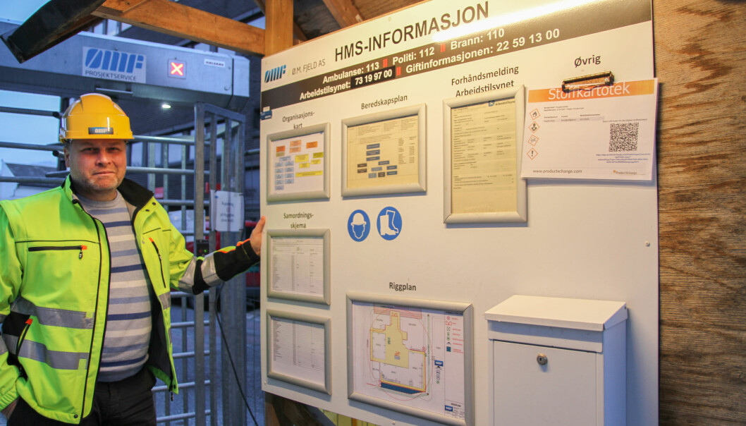 – All viktig HMS-informasjon er samlet på denne oppslagstavla på byggeprosjektet, forteller Lars Christian Stømner hos Ø.M. Fjeld.