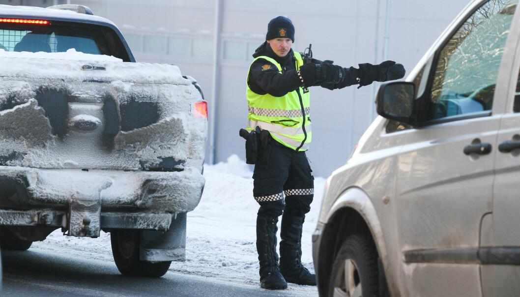 Politibetjent Emil Fjeldseth vinket inn mobilsyndere ved ishallen under lørdagens kontroll.