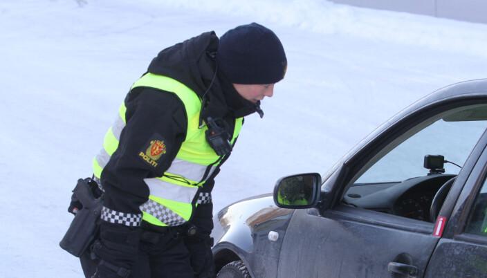 Politibetjent Jeannette Lysen snakker med en bilist hvor alt var i skjønneste orden.