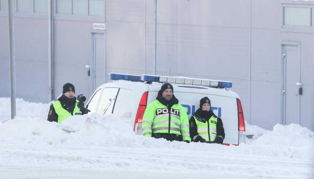 Emil Fjeldseth (f.v.), Håkon Beck og Jeanette Lysen skrev i alt ut fire bøter for ulovlig mobilbruk i løpet av halvannen time i Kongsvinger lørdag.