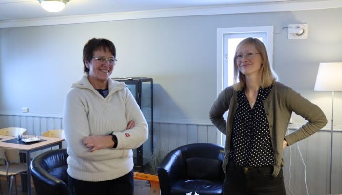 Rådgiver for friskliv og mestring, Kristin Lysen (t.v.), og kommunepsykolog Alice Farstad står fortsatt på, selv om det er lite folk som er fysisk til stede hos Frisklivssentralen.