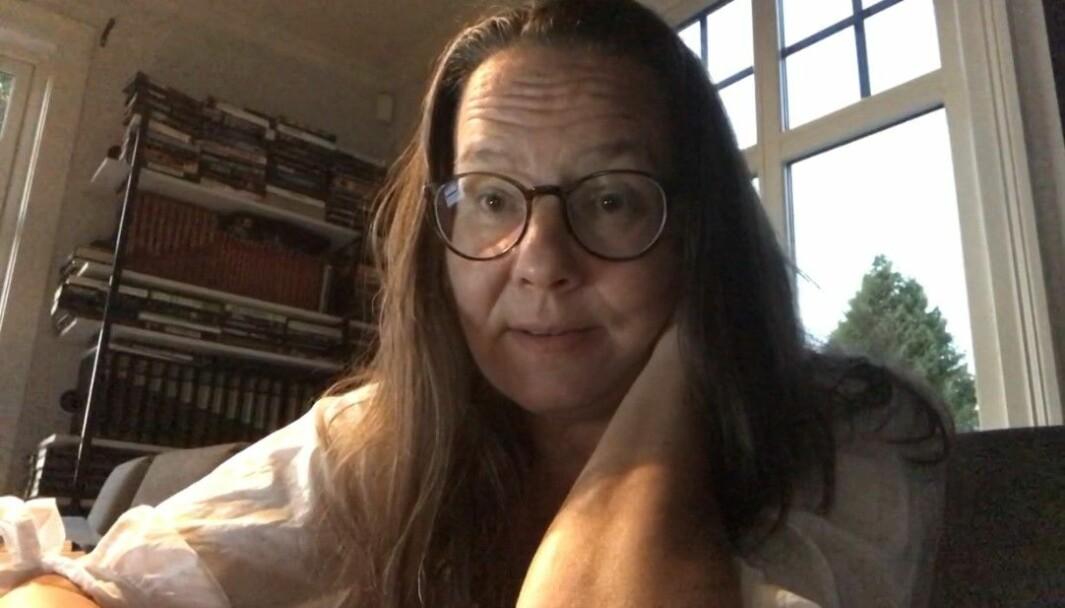Lærer Tone Fredheim sitter på hjemmekontor. På nett skal Simone de Beauvoirs kvinnesyn diskuteres og elevene lære om Trumandoktrinen og Marshallhjelpen.