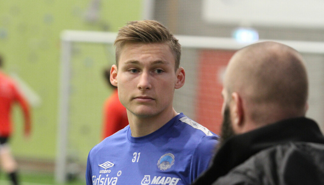 Andreas Smedplass i samtale med keepertrener Johan Martin Lianes.