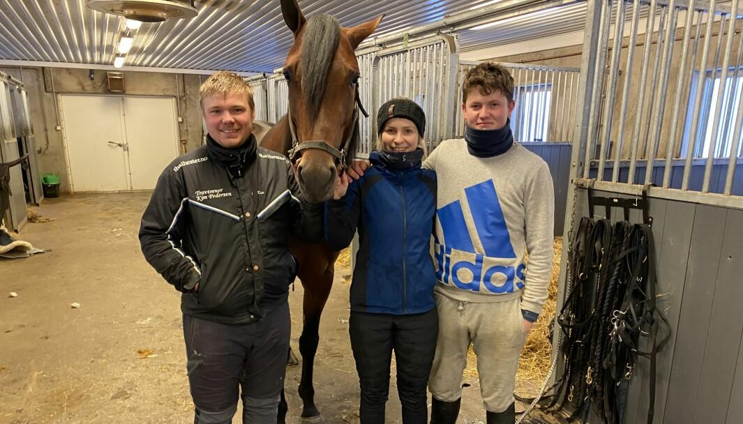 Kim Pedersen (tv.) har god hjelp av Line Simensen og Patric Lange i stallen på Granli.