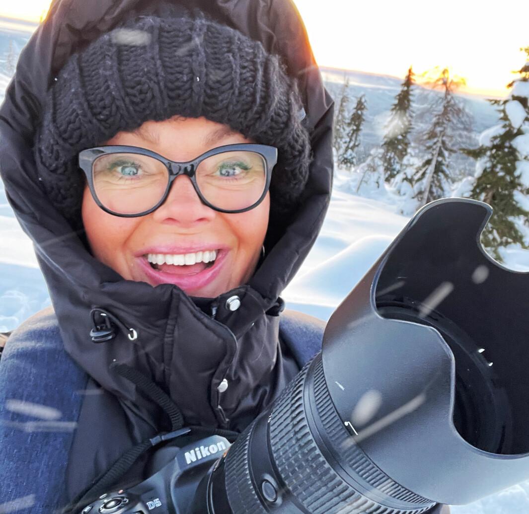 Mona i sitt rette element - ute på tur i skogen med kamera.