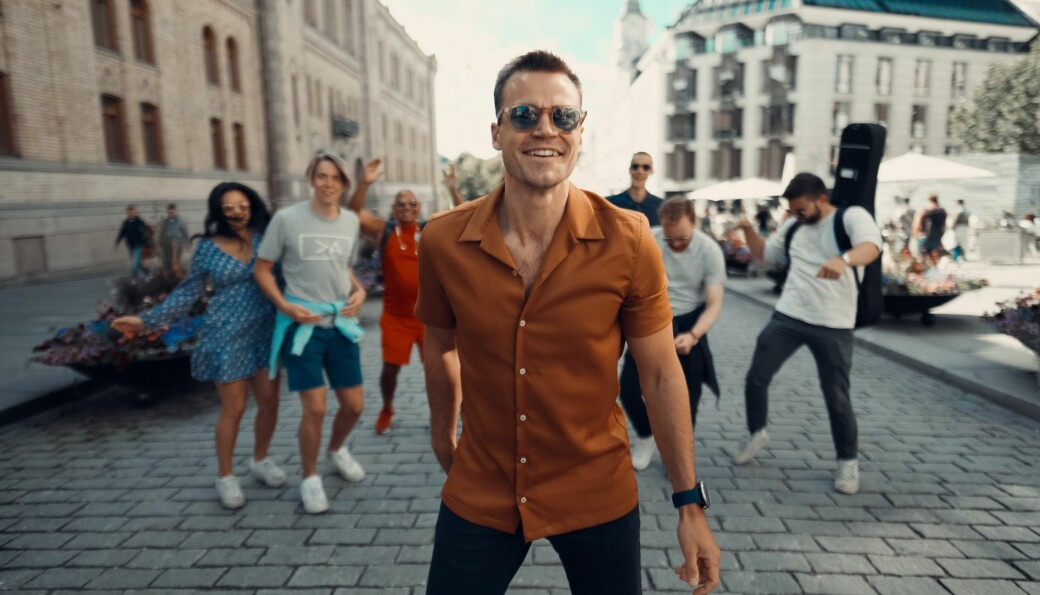 Henrik Holth (25) fra Kongsvinger er en seriøs mann i næringslivet, men også en aspirerende musiker og sanger. Her fra musikkvideoen «Blåmandag».