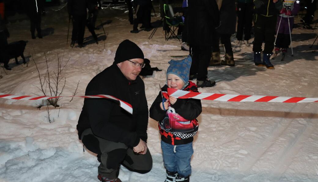Joel Ampian åpnet den nye lysløypa på Austmarka i lag med pappa Morgan Ampian tirsdag kveld.