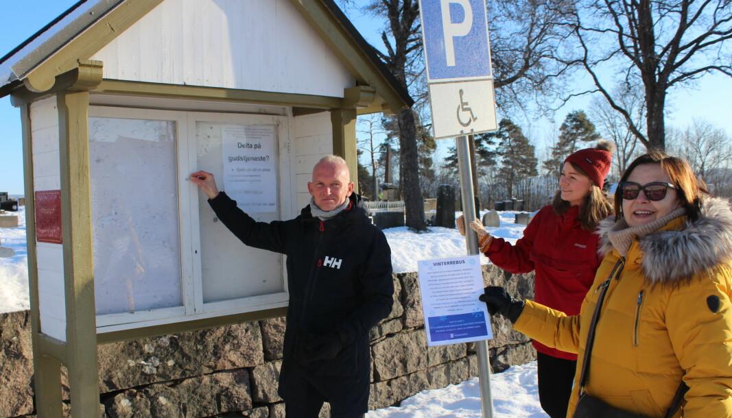 Thomas Melby Hee, Vilde Strid og Karin Flikkeid fra avdelingen for tilpasset kultur hengte på torsdag opp startposten på den nye rebusløypa i Øvrebyen på Kirketorget.