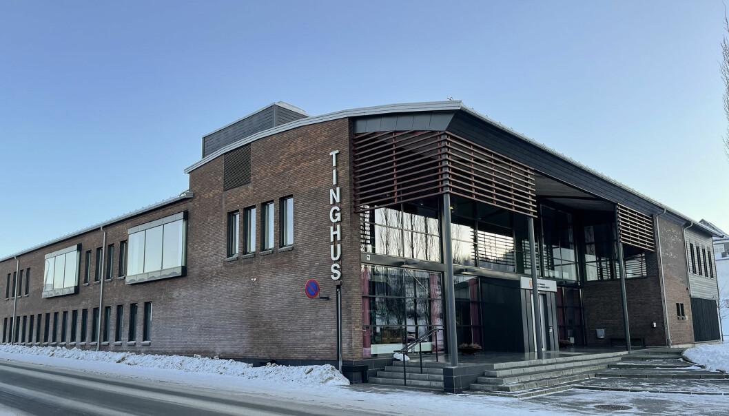 Politiet stanset en 80-åring uten førerkort i november. Nå er han dømt i Glåmdal tingrett. I tillegg til fengselsstraff må han tåle å få bilen sin inndratt.