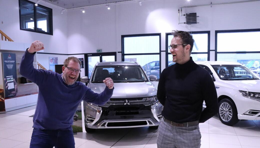 Bilselger Ronny Nilsson (t.v.) og salgssjef Marius Taugbøl har sikret seg rettighetene til det nye fra Kina. Det gleder Taugbøl Bil og Maskin seg stort over.