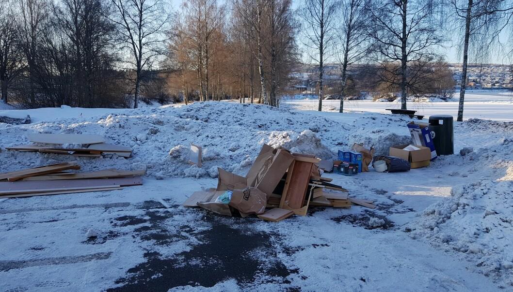 På rasteplassen ved Hov er det blitt lagt igjen søppel, trolig ganske nylig.