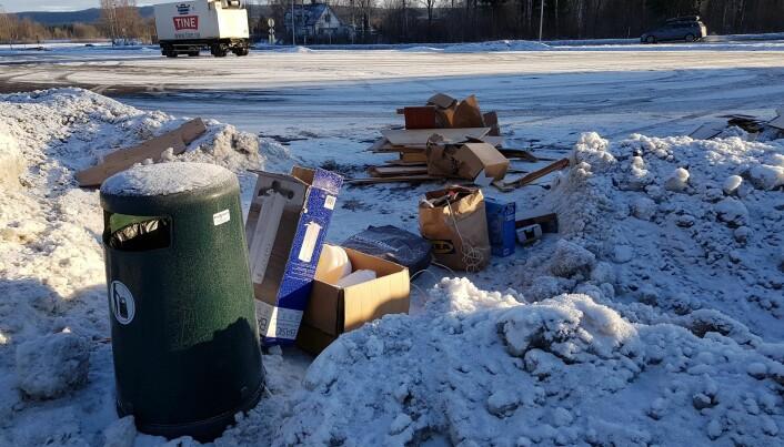 Da søppelet ikke fikk plass i dunken, ble det i stedet liggende på bakken.