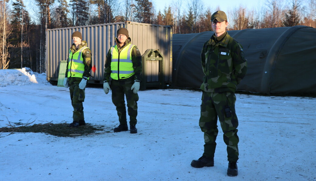 William Harrysson (t.v.), Andreas Sirhagen og Sebastian Eklund sjekker ikke identitet. De hindrer heller ingen fysisk å reise over, men det svenske politiet blir informert om hvilke biler som reiser over. På Kjerret er det nå satt opp telt på andre siden av grensen. Bildet er tatt på norsk side.