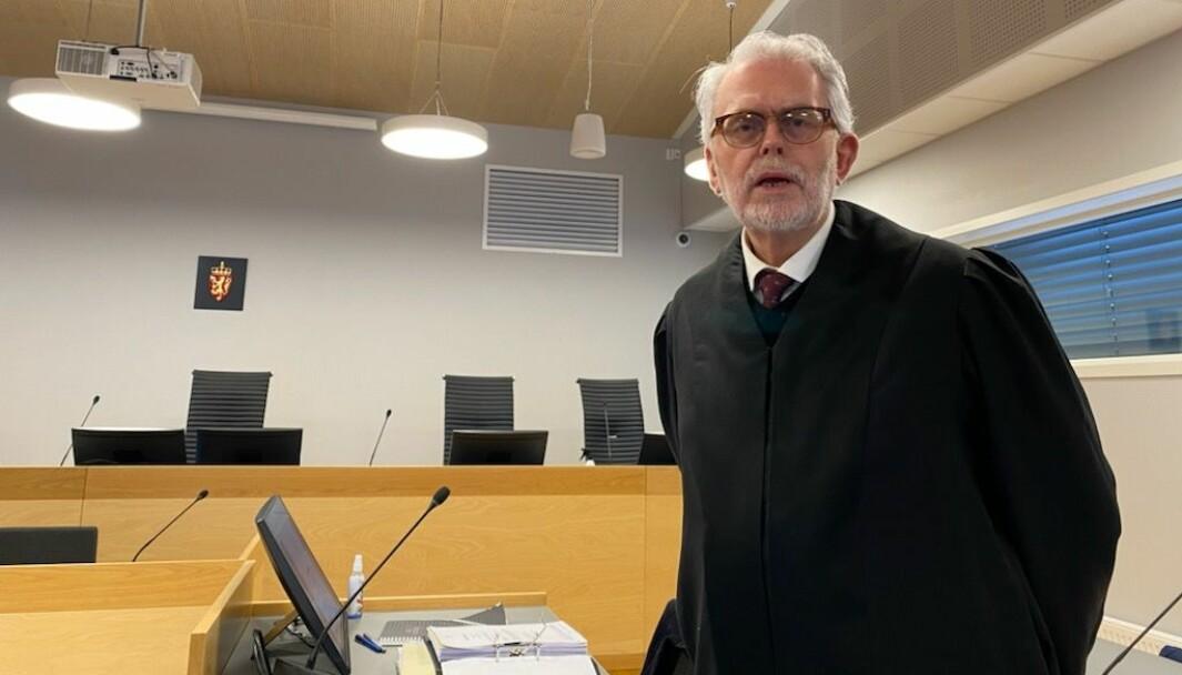 Advokat Ove Herman Frang forsvarer kongsvingermannen som er tiltalt for familievold mot samboeren sin gjennom mer enn 30 år. Hun nekter for at han har gjort henne noe fysisk i den halvt år lange perioden i 2019 som tiltalen omfatter.