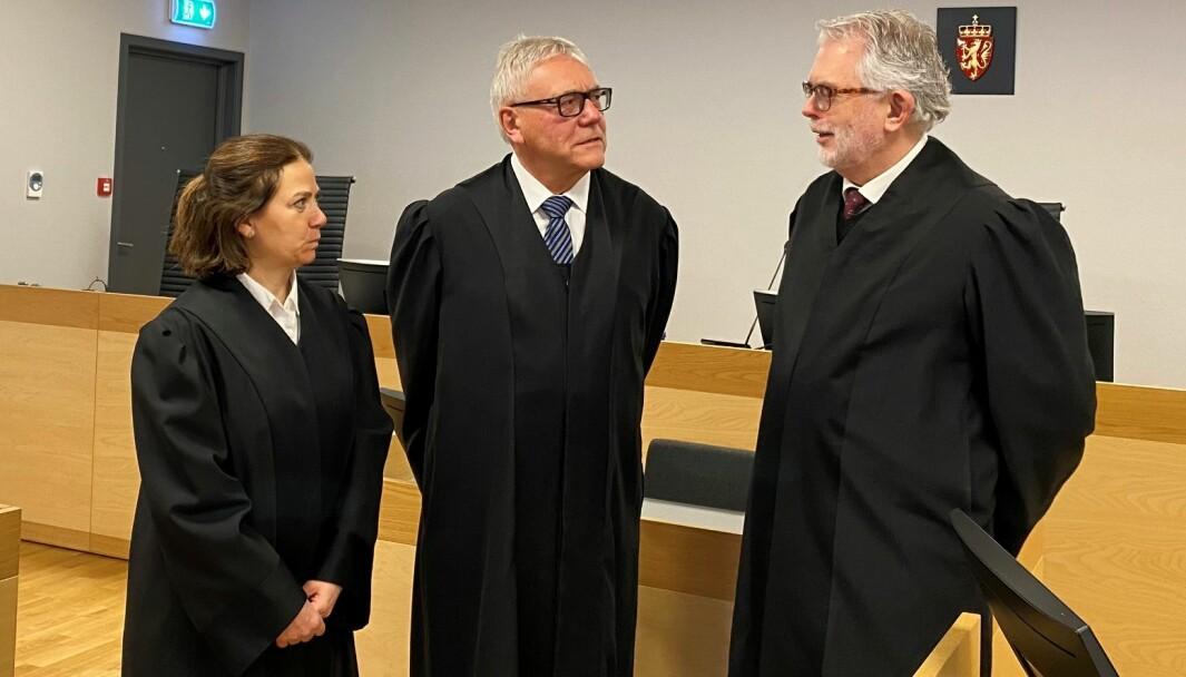 Advokat Ove Herman Frang (til høyre) poengterer at kongsvingermannen nekter for å ha mishandlet samboeren. Sistnevnte bistås av advokat Siri Brænden. Politiadvokat Helge A. Eidsvaag aktorerer saken.