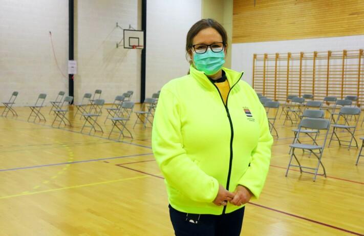 Onsdag er det spesialvernepleier Linda Nyman Tuer som følger med på de vaksinerte.