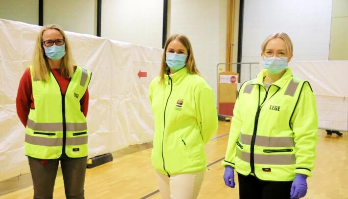 Kommuneoverlege Camilla Kvalø Smedtorp, vaksinekoordinator Linda Langfoss Utgård og lege Ingrid Fløiten Nordli er på plass i Holthallen, som skal brukes som vaksinelokale i kommunen fremover.
