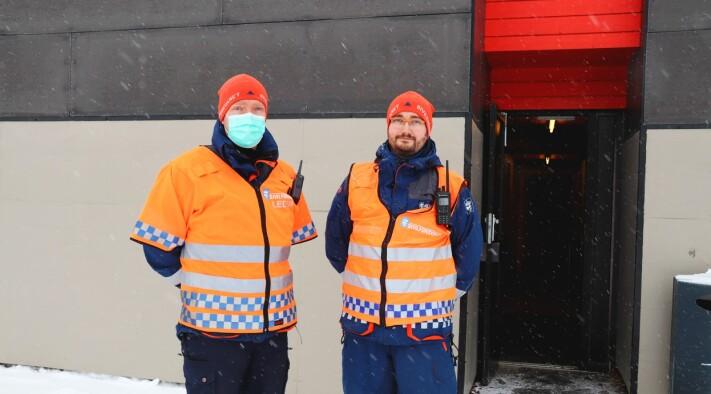 Sivilforsvaret ved leder Tommy Lismoen og Martin Sidselsrud Christiansen møter deg i inngangen for vaksinering.