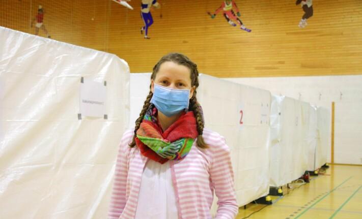 Jordmor Malin Johnsrud Heiberg var den første til å teste ut vaksineringen i Holthallen. Hun er prioritert helsepersonell og er nå vaksinert med første dose.