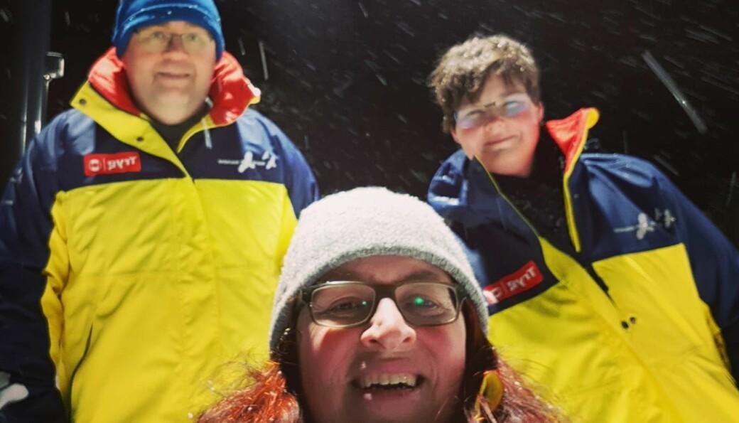 Christina Lyle (foran) fra Natteravnene i Kongsvinger søker etter flere frivillige som ønsker å gå et par ganger i året. I bakgrunnen er Raymond Rotberget (t.v.) og Deniz Edvartsen.