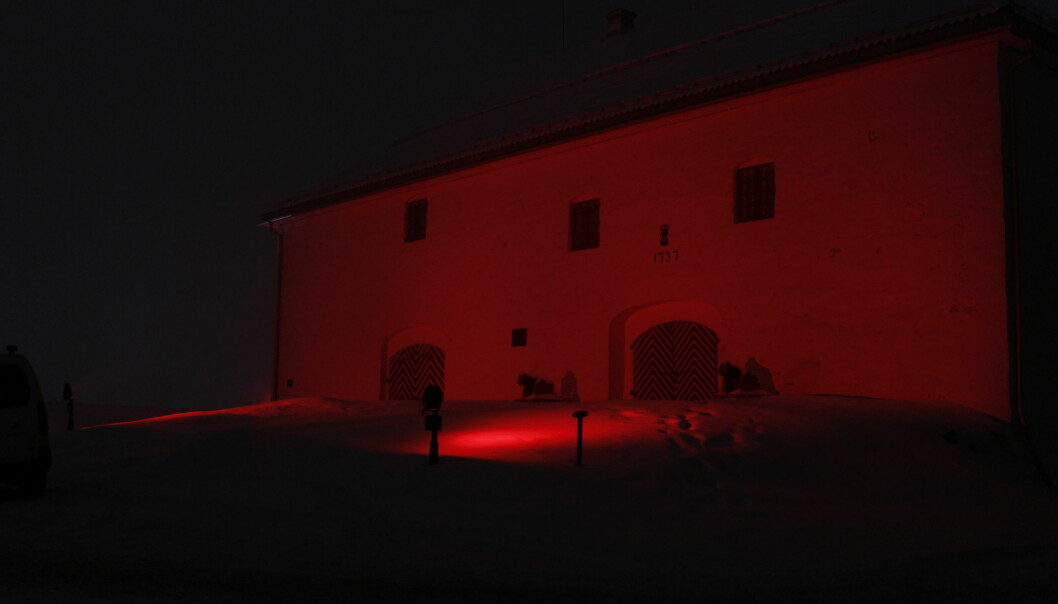 Oppe i Kongsvinger festning er Arsenalet badet i rødt lys natt til lørdag, noe verken Kongsvingers innbyggere eller festningens bestyrerne selv er helt sikre på hvorfor