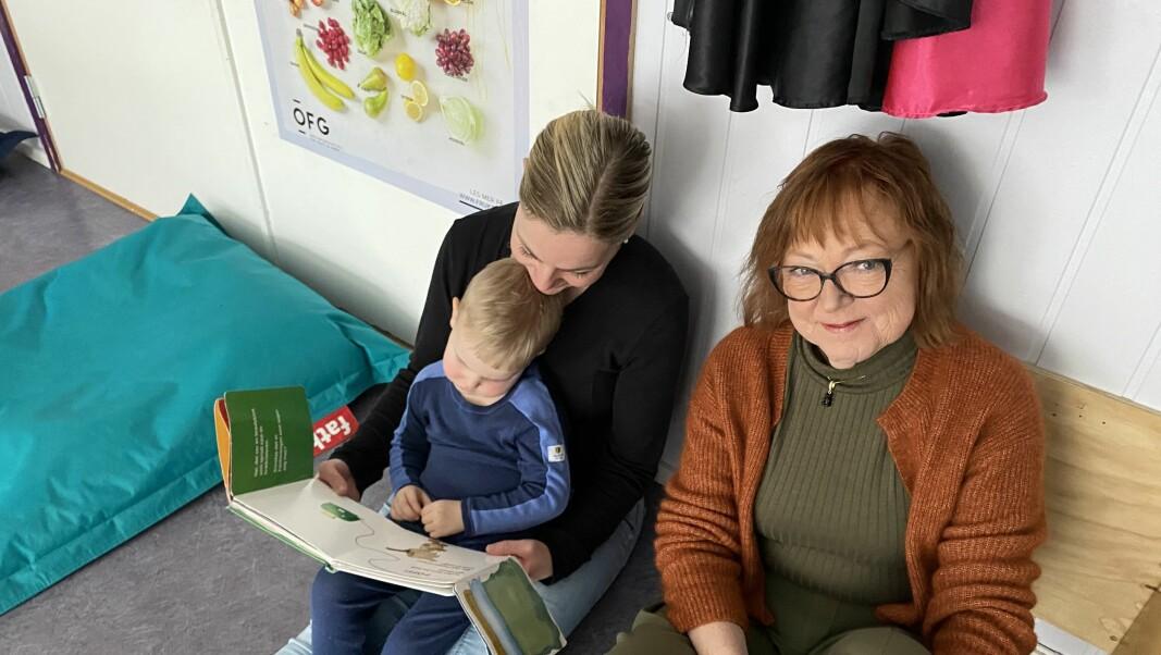 Daglig leder Hilde Hilde Vrangsagen (t.h.) mener det er viktig å tenke nytt og vil nå tilvenne barn og foreldre livet i barnehagen på en ny måte.