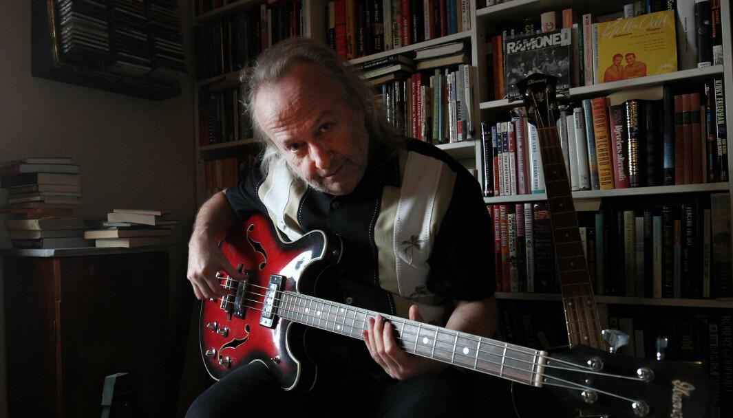 Levi Henriksen klunker på bassen han brukte da han var bassist i Heart of Mary.